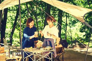 キャンプを楽しむ女性2人の写真素材 [FYI02447787]