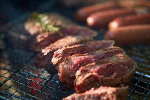 アミの上で焼かれている肉の写真素材 [FYI02447869]