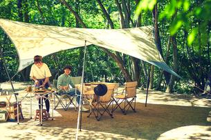 キャンプを楽しむカップルの写真素材 [FYI02447877]
