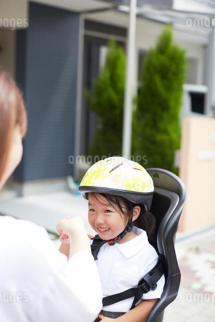 自転車に乗る幼稚園児と見つめる母親の写真素材 [FYI02447879]
