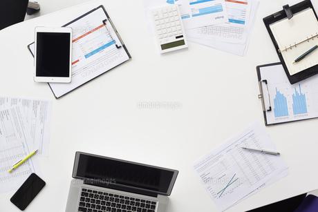 会議中の資料やパソコンが置かれたテーブルの俯瞰の写真素材 [FYI02447881]