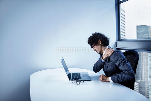 疲労困憊するビジネスマンの写真素材 [FYI02447882]