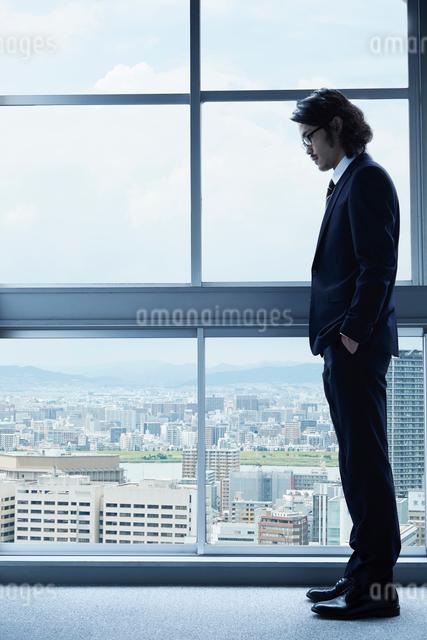 窓辺に佇む一人の男性の写真素材 [FYI02447899]