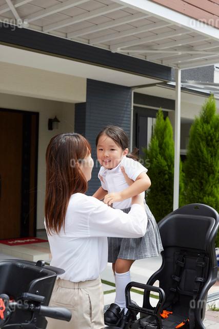 自転車に子供を乗せてあげている母親の写真素材 [FYI02447913]