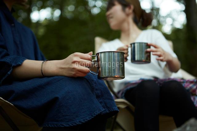 アルミカップを持った二人の女性の写真素材 [FYI02447914]