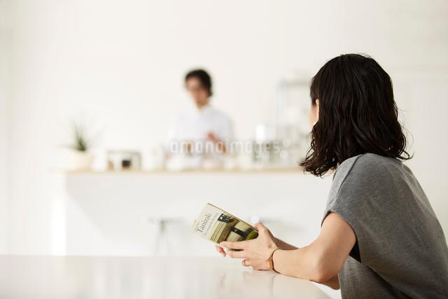 ダイニングキッチンでくつろぐ男女の写真素材 [FYI02447940]
