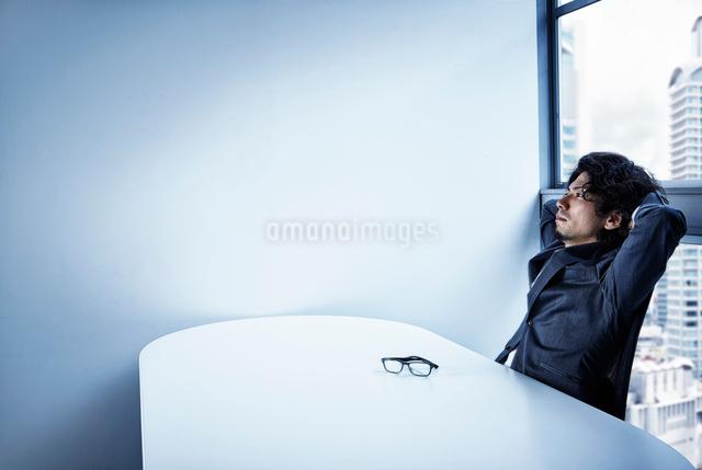 会社のデスクで頭を悩ませるビジネスマンの写真素材 [FYI02447951]