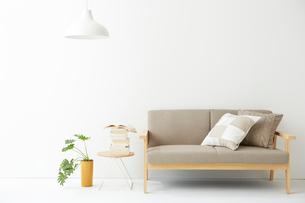 真っ白なリビングルームの写真素材 [FYI02447991]