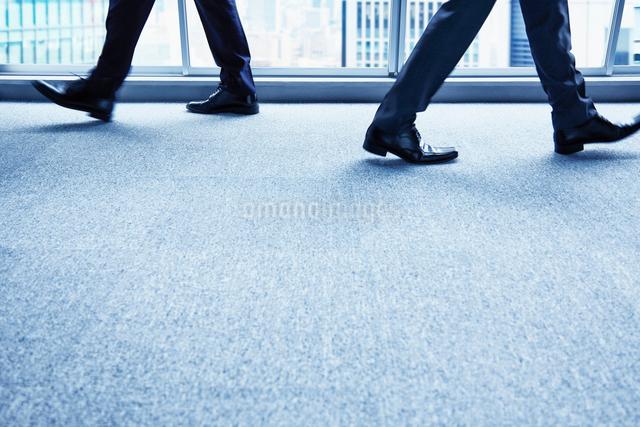 交差する二人の男性の足元の写真素材 [FYI02447998]
