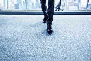 正面に向かって歩く男性の足元の写真素材 [FYI02448063]