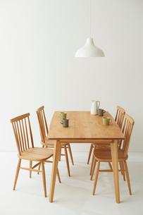 白ホリにあるダイニングテーブルセットの写真素材 [FYI02448146]