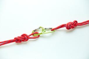 連結されたロープとカラビナの写真素材 [FYI02448190]