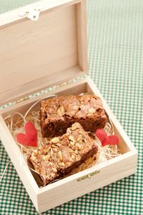 バレンタイン手作りブラウニーの木箱入りの写真素材 [FYI02448293]