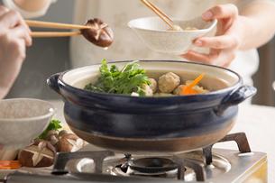 ちゃんこ鍋を囲んで皆で食べるの写真素材 [FYI02448381]