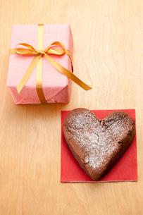 プレゼントボックスとハートのガトーショコラの写真素材 [FYI02448384]