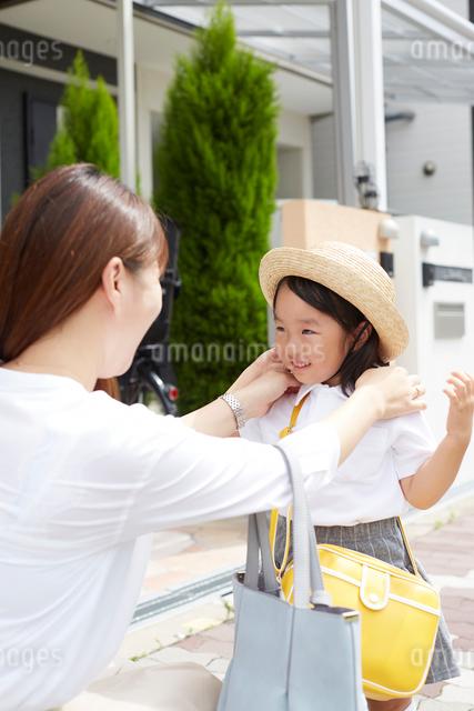 家の前で身支度を整える親子の写真素材 [FYI02448411]