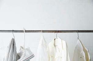 バーに吊り下がった白い服と靴の写真素材 [FYI02448451]