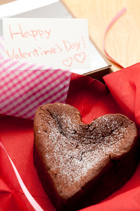ハッピーバレンタインハートのガトーショコラの写真素材 [FYI02448483]