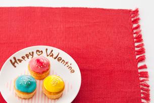 ハッピーバレンタインとカラフルカップケーキの写真素材 [FYI02448514]