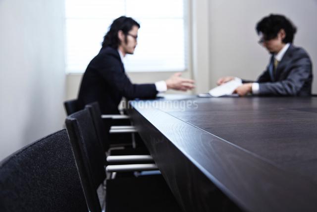 会議中のビジネスマンたちの写真素材 [FYI02448515]