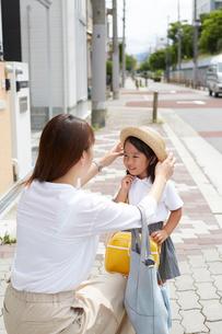 家の前でお話をする親子の写真素材 [FYI02448609]