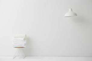 白い空間に置かれた畳まれたタオルの写真素材 [FYI02448646]