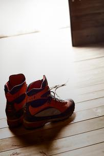 山小屋の入り口付近に置かれたトレッキングシューズの写真素材 [FYI02448656]