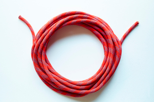 ひとまとめに巻かれた赤いロープの写真素材 [FYI02448687]