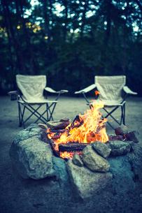キャンプ場でたき火をしている様子の写真素材 [FYI02448745]