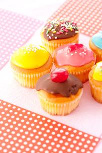 ポップに並ぶカラフルカップケーキの写真素材 [FYI02448772]