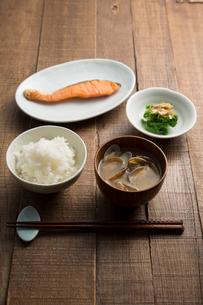 白いご飯、あさりの味噌汁、菜の花、焼き鮭の朝食の写真素材 [FYI02448884]