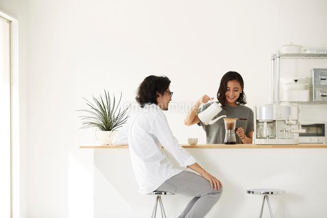ダイニングキッチンでくつろぐ男女の写真素材 [FYI02448929]