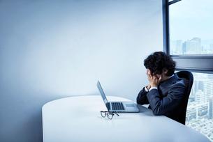 疲労困憊するビジネスマンの写真素材 [FYI02449069]