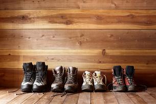山小屋の中に置かれた紐をほどいた4足のトレッキングシューズの写真素材 [FYI02449287]