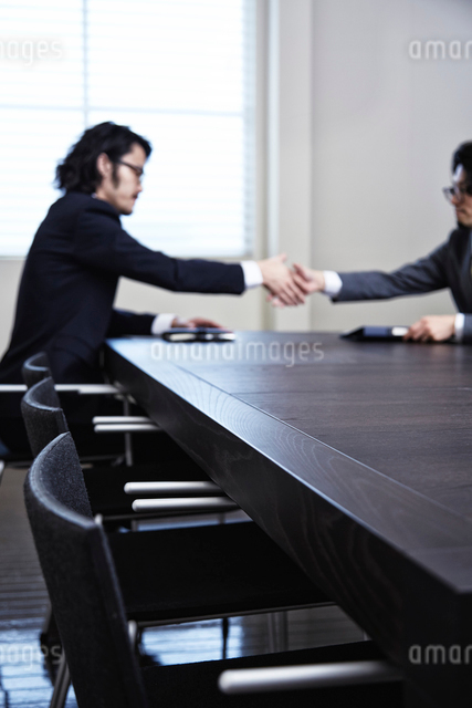 会議中のビジネスマンたちの写真素材 [FYI02449301]