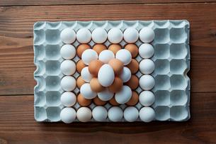 卵パックに積み上げられた2色の卵の写真素材 [FYI02449442]