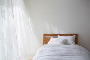 明るい光の入ったナチュラルなベッドルームの写真素材 [FYI02449580]