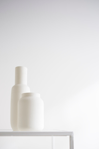 白壁と花瓶の写真素材 [FYI02449588]