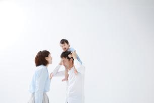 笑っている赤ちゃんを肩車しているお父さんとお母さんの写真素材 [FYI02449704]