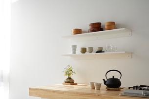 キッチンと白い棚の写真素材 [FYI02449909]