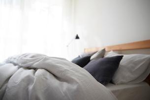 明るい光の入ったシンプルなベッドルームの写真素材 [FYI02449968]