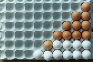 卵パックに並べられた2色の卵の写真素材 [FYI02450020]