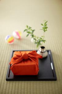 畳の上に風呂敷で包んだ手土産の写真素材 [FYI02450065]