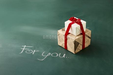 黒板に書かれた文字とプレゼントの写真素材 [FYI02450145]