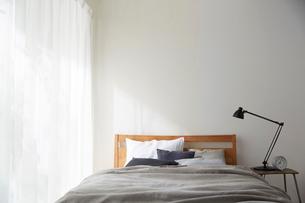 明るい光の入ったシンプルなベッドルームの写真素材 [FYI02450146]