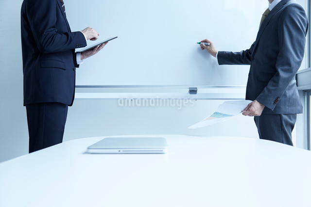 ホワイトボードに向かう二人の男性の写真素材 [FYI02450175]