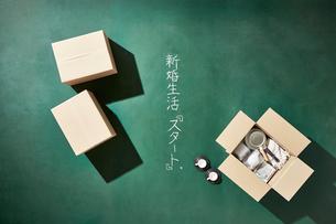 黒板の上に置いた荷物を俯瞰に見るの写真素材 [FYI02450193]