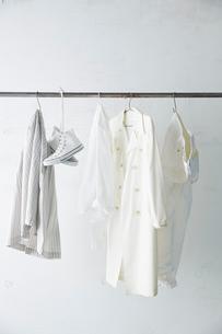 バーに吊り下がった白い服と靴の写真素材 [FYI02450202]
