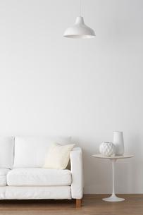 白いソファとサイドテーブルの写真素材 [FYI02450218]