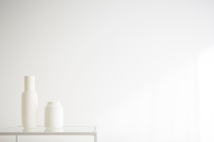 白壁と花瓶の写真素材 [FYI02450252]